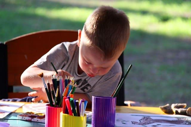 Bild Kind malt