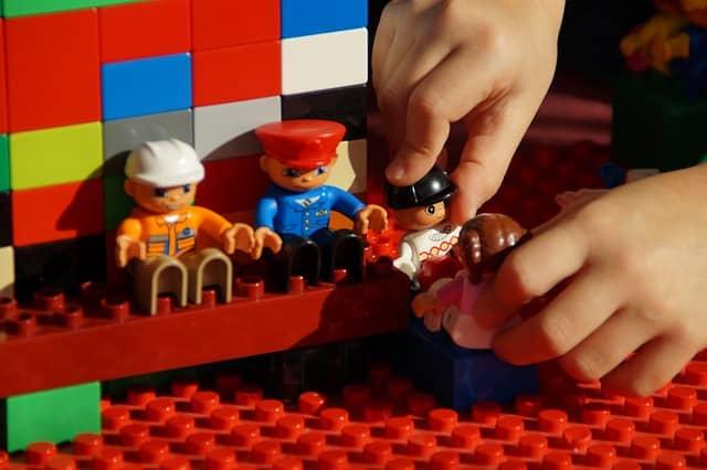 Bild Kind spielt mit Lego